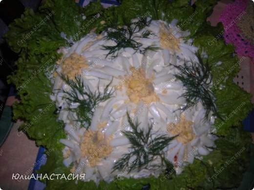 1/2ст рис Ингредиенты: 1 банка горбуши (консервы), без жидкости, 300 г отваренного риса, 3 луковицы, 1 большая морковка, 1 большой огурец, майонез, листья салата, соль. Для украшения: зелень укропа, 4 вареных яица.