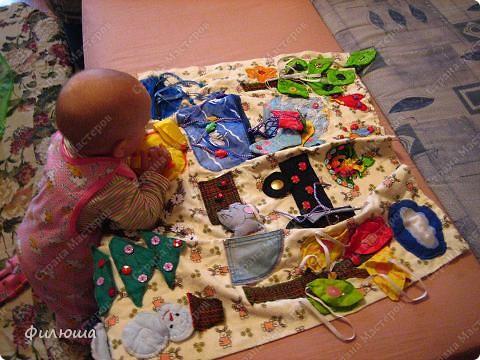 вот такой коврик у меня получился, выполняла повременам года: посередине солнышко которое (как меня осенило потом)должно было открываться, и там портрем мамы, или ребетёнка см последнее фото, а так там порсто горох. фото 8