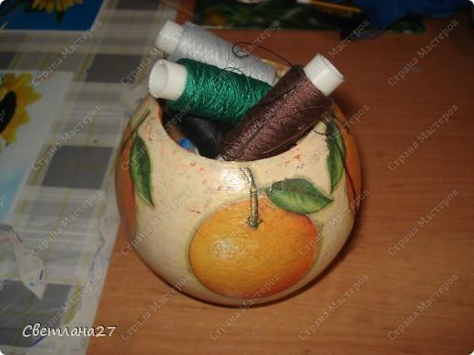 У меня от мамы еще осталась старенькая страшная деревянная шкатулка, и вот я решила из нее сделать спелый апельсин :)  Там у меня хранятся нитки для шитья. фото 1