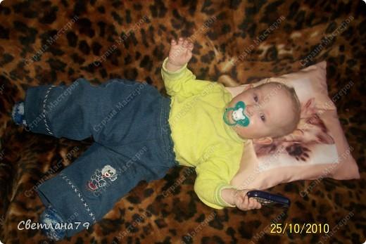 Штанишки младшему сыну сшила из своих старых джинс. Апликация на коленке и задний карман вырезаны из старого детского джинсового комбинезона. фото 1