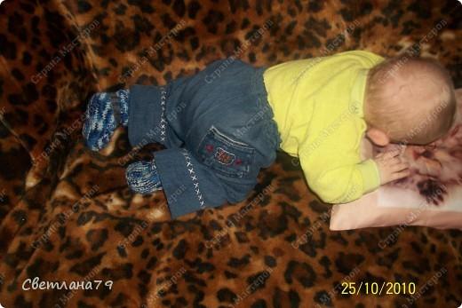 Штанишки младшему сыну сшила из своих старых джинс. Апликация на коленке и задний карман вырезаны из старого детского джинсового комбинезона. фото 2