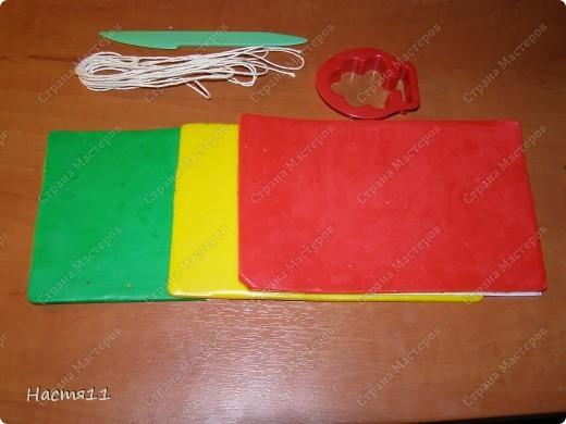 Нам понадобится: воск красного,желтого и зеленых цветов,формочка в форме дерева,стек и фитиль. фото 1