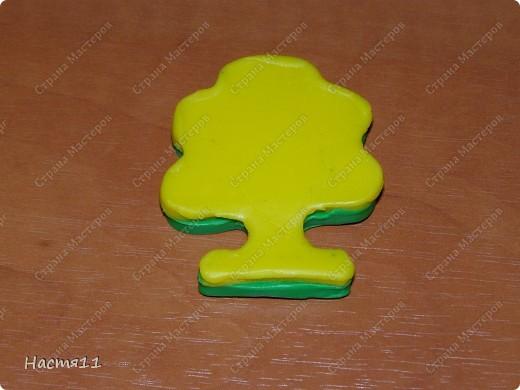 Нам понадобится: воск красного,желтого и зеленых цветов,формочка в форме дерева,стек и фитиль. фото 3