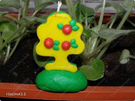 Нам понадобится: воск красного,желтого и зеленых цветов,формочка в форме дерева,стек и фитиль. фото 6