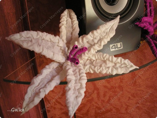 Вот такие лилии у меня получились...... пока лежат тихонько на полочке..... никак не придумаю им более достойного применения :( (очень обрадуюсь вашим советам) фото 2