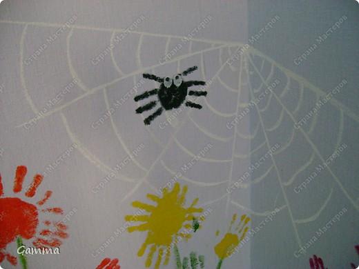 Как правило мы не разрешаем детям рисовать на стенах (точнее сказать обрисовывать обои).Но иногда их испачканные краской ладошки могут спасти и оживить интерьер. Так и вышло в нашем случае. Во-первых мы замаскировали все грязные пятна, во-вторых получили массу удовольствия от этой работы, в третьих ни у кого больше нет такого метод кабинета.Работу выполняли дети 3-6 лет. фото 3
