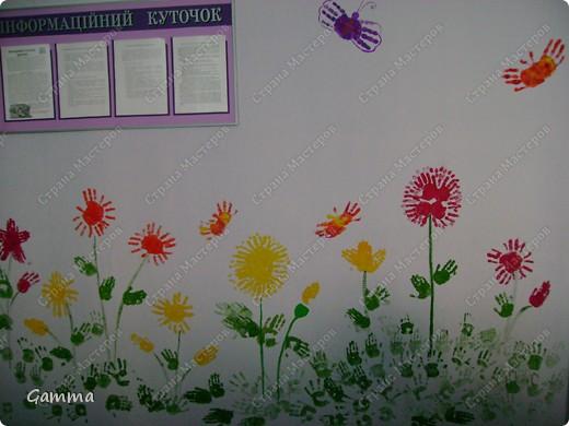 Как правило мы не разрешаем детям рисовать на стенах (точнее сказать обрисовывать обои).Но иногда их испачканные краской ладошки могут спасти и оживить интерьер. Так и вышло в нашем случае. Во-первых мы замаскировали все грязные пятна, во-вторых получили массу удовольствия от этой работы, в третьих ни у кого больше нет такого метод кабинета.Работу выполняли дети 3-6 лет. фото 5