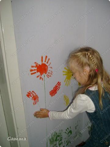 Как правило мы не разрешаем детям рисовать на стенах (точнее сказать обрисовывать обои).Но иногда их испачканные краской ладошки могут спасти и оживить интерьер. Так и вышло в нашем случае. Во-первых мы замаскировали все грязные пятна, во-вторых получили массу удовольствия от этой работы, в третьих ни у кого больше нет такого метод кабинета.Работу выполняли дети 3-6 лет. фото 7