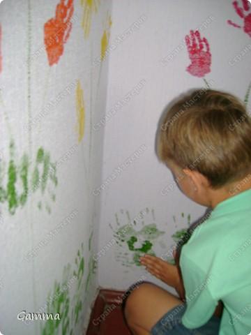 Как правило мы не разрешаем детям рисовать на стенах (точнее сказать обрисовывать обои).Но иногда их испачканные краской ладошки могут спасти и оживить интерьер. Так и вышло в нашем случае. Во-первых мы замаскировали все грязные пятна, во-вторых получили массу удовольствия от этой работы, в третьих ни у кого больше нет такого метод кабинета.Работу выполняли дети 3-6 лет. фото 6