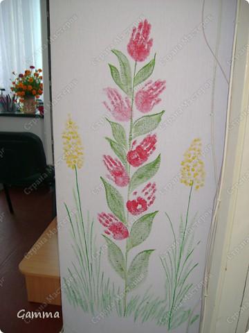 Как правило мы не разрешаем детям рисовать на стенах (точнее сказать обрисовывать обои).Но иногда их испачканные краской ладошки могут спасти и оживить интерьер. Так и вышло в нашем случае. Во-первых мы замаскировали все грязные пятна, во-вторых получили массу удовольствия от этой работы, в третьих ни у кого больше нет такого метод кабинета.Работу выполняли дети 3-6 лет. фото 8
