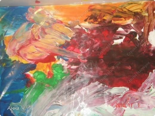 Это творение мы произвели на свет сегодня - рисовали пальчиковыми красками на ватмане. Саша сказал, что здесь вся семья и небо. Но я к сожалению не знаю кто и где...   фото 3