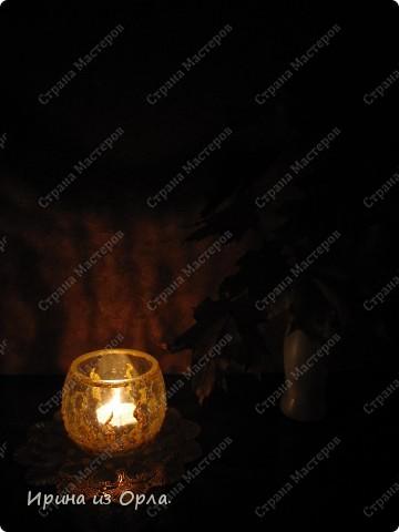"""Такой подсвечник """"Пламя"""" у меня получился. Удачно подходит к моему интерьеру в спальне. Использовала витражную золотую краску (контур) для имитации язычков пламени, мини-пайетки (для украшения ногтей). фото 3"""