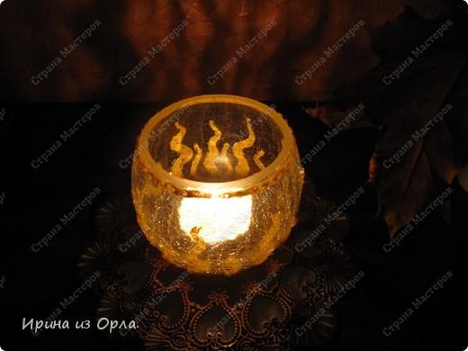 """Такой подсвечник """"Пламя"""" у меня получился. Удачно подходит к моему интерьеру в спальне. Использовала витражную золотую краску (контур) для имитации язычков пламени, мини-пайетки (для украшения ногтей). фото 4"""