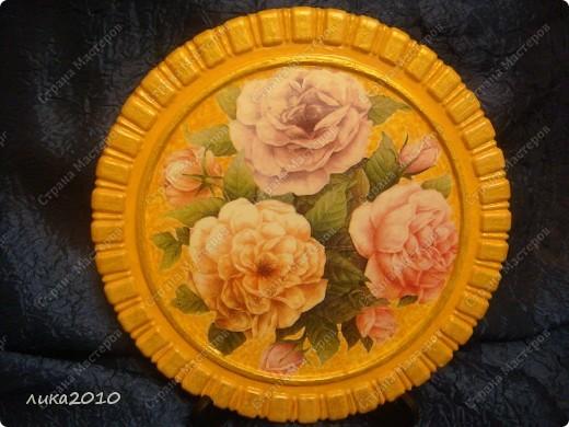 Вылита основа из гипса + салфеточка по обмену, краска акриловая желтая, краска золотая и лак. Вот и весь рецепт сего предмета. фото 1