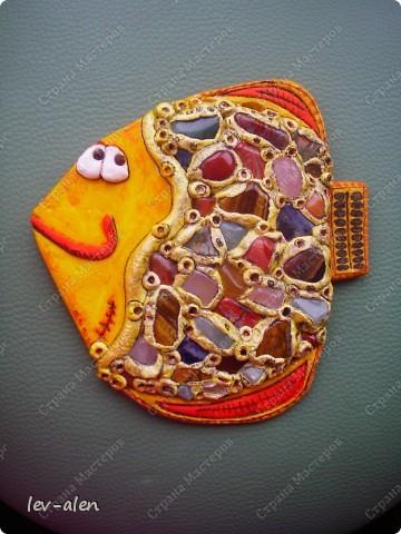 При создании рыбки использованы натуральные камни кварц розовый и зеленый,тигровый глаз,  лазурит,красный тигровый глаз и другие. фото 3