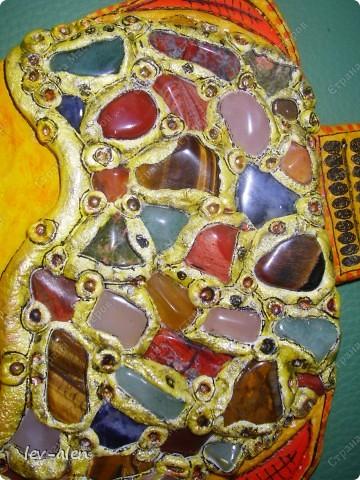 При создании рыбки использованы натуральные камни кварц розовый и зеленый,тигровый глаз,  лазурит,красный тигровый глаз и другие. фото 2