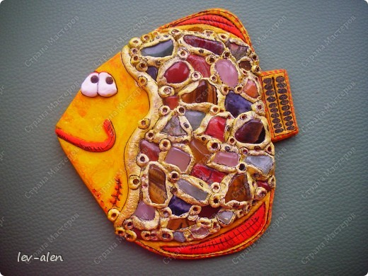 При создании рыбки использованы натуральные камни кварц розовый и зеленый,тигровый глаз,  лазурит,красный тигровый глаз и другие. фото 1