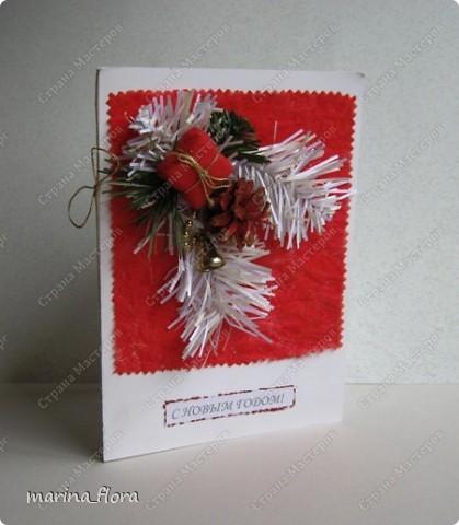 Открытка – неизменный атрибут любого праздника. Люблю порадовать своих близких и друзей самодельными открытками.  Мне кажется, что в них особое очарование, тем более выбор материала для декора богатый. Чаще предпочитаю для оформления использовать флористический, природный материал.  Флористические объемные открытки «С Новым годом и Рождеством!». Размер - 14,5*20,5см. Материал: Бумага гофрированная,  упаковочная, дизайнерский и цветной картон, ватман, флористическая декоративная лента и фетр, сетка, бусины, звездочки, колокольчик, шарики, глиттер, мех, шишки, синтепон, хвоя искусственная, соломка, сизалевое волокно.  ОТКРЫТКА 1. фото 1