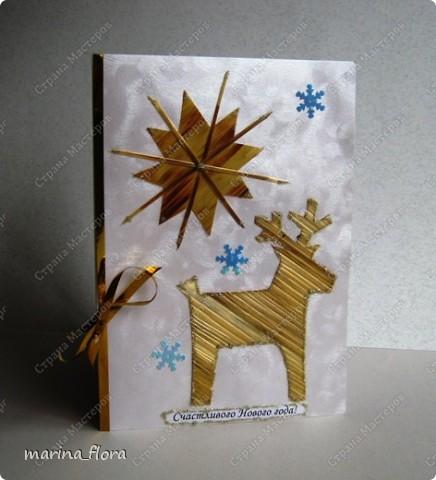 Открытка – неизменный атрибут любого праздника. Люблю порадовать своих близких и друзей самодельными открытками.  Мне кажется, что в них особое очарование, тем более выбор материала для декора богатый. Чаще предпочитаю для оформления использовать флористический, природный материал.  Флористические объемные открытки «С Новым годом и Рождеством!». Размер - 14,5*20,5см. Материал: Бумага гофрированная,  упаковочная, дизайнерский и цветной картон, ватман, флористическая декоративная лента и фетр, сетка, бусины, звездочки, колокольчик, шарики, глиттер, мех, шишки, синтепон, хвоя искусственная, соломка, сизалевое волокно.  ОТКРЫТКА 1. фото 12