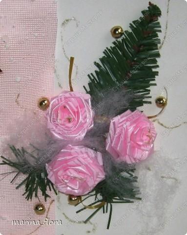 Открытка – неизменный атрибут любого праздника. Люблю порадовать своих близких и друзей самодельными открытками.  Мне кажется, что в них особое очарование, тем более выбор материала для декора богатый. Чаще предпочитаю для оформления использовать флористический, природный материал.  Флористические объемные открытки «С Новым годом и Рождеством!». Размер - 14,5*20,5см. Материал: Бумага гофрированная,  упаковочная, дизайнерский и цветной картон, ватман, флористическая декоративная лента и фетр, сетка, бусины, звездочки, колокольчик, шарики, глиттер, мех, шишки, синтепон, хвоя искусственная, соломка, сизалевое волокно.  ОТКРЫТКА 1. фото 14