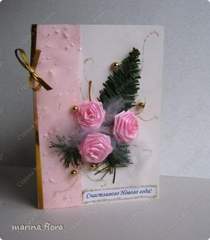 Открытка – неизменный атрибут любого праздника. Люблю порадовать своих близких и друзей самодельными открытками.  Мне кажется, что в них особое очарование, тем более выбор материала для декора богатый. Чаще предпочитаю для оформления использовать флористический, природный материал.  Флористические объемные открытки «С Новым годом и Рождеством!». Размер - 14,5*20,5см. Материал: Бумага гофрированная,  упаковочная, дизайнерский и цветной картон, ватман, флористическая декоративная лента и фетр, сетка, бусины, звездочки, колокольчик, шарики, глиттер, мех, шишки, синтепон, хвоя искусственная, соломка, сизалевое волокно.  ОТКРЫТКА 1. фото 13