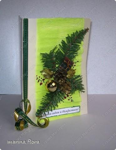 Открытка – неизменный атрибут любого праздника. Люблю порадовать своих близких и друзей самодельными открытками.  Мне кажется, что в них особое очарование, тем более выбор материала для декора богатый. Чаще предпочитаю для оформления использовать флористический, природный материал.  Флористические объемные открытки «С Новым годом и Рождеством!». Размер - 14,5*20,5см. Материал: Бумага гофрированная,  упаковочная, дизайнерский и цветной картон, ватман, флористическая декоративная лента и фетр, сетка, бусины, звездочки, колокольчик, шарики, глиттер, мех, шишки, синтепон, хвоя искусственная, соломка, сизалевое волокно.  ОТКРЫТКА 1. фото 10