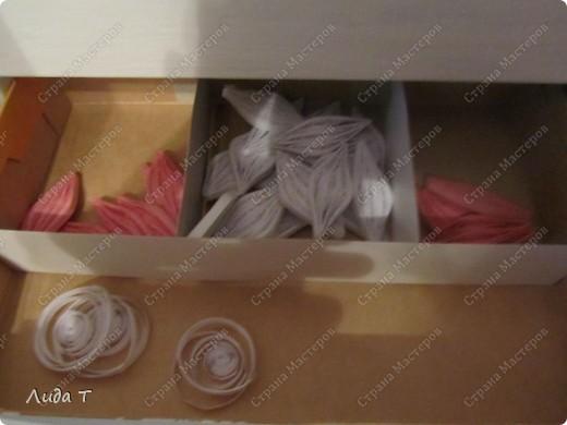 Куда складывать бумажные ленты давно определилась и на сайте много различных советов. А вот заготовки - уже готовые листочки, или готовые цветочки, еще не собранные в букет - у меня хранятся в различных коробочках и на столе уже забирают более половины пространства. Поэтому вот такой выход - домик для заготовок фото 5