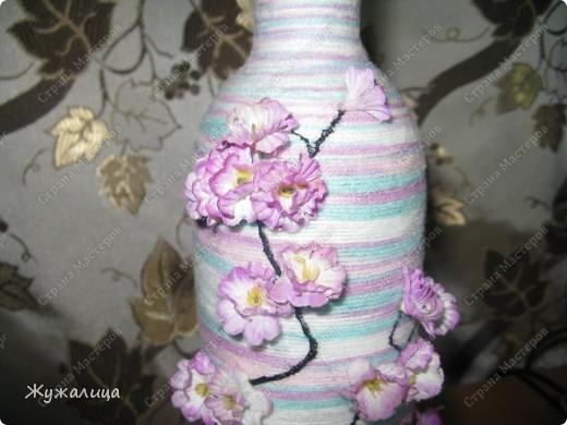 Вот такая бутылочка из остатков пряжи и тряпичных цветков получилась. фото 2