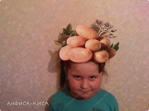 В садике дочери дали роль картошки на празднике Осени. Необходимо было придумать костюм ей.  Маску мы делали из бумаги - распечатали на цветном принтере картинку картофеля (клубни и цветок), вырезали, наклеили на картон. Маска готова!  фото 1
