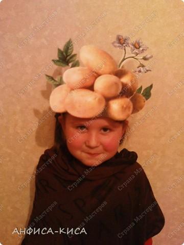 В садике дочери дали роль картошки на празднике Осени. Необходимо было придумать костюм ей.  Маску мы делали из бумаги - распечатали на цветном принтере картинку картофеля (клубни и цветок), вырезали, наклеили на картон. Маска готова!  фото 2