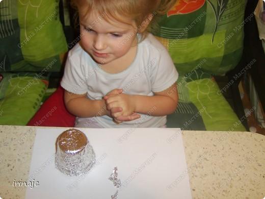 Увидела в магазине большие и красивые колокольчики, ну так захотелось себе таких, но дороговато. Решила сделать сама из стаканчиков. Как раз у нас скопилось много стаканчиков из-под пудингов, йогуртов. И решили мы с младшей дочкой из них попробовать сделать колокольчики. Сначала делали колокольчики, а потом возникла еще идейка сделать ангелочков, когда увидела, что дочка накрутила жгутиков и больших шариков из фольги. И вот что у нас получилось.  фото 10
