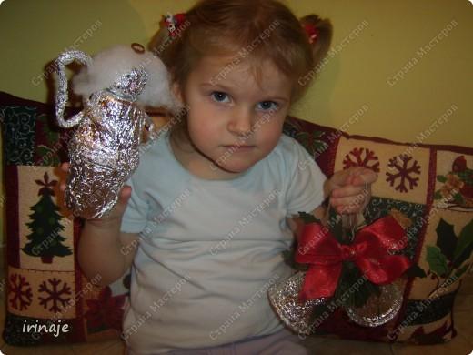 Увидела в магазине большие и красивые колокольчики, ну так захотелось себе таких, но дороговато. Решила сделать сама из стаканчиков. Как раз у нас скопилось много стаканчиков из-под пудингов, йогуртов. И решили мы с младшей дочкой из них попробовать сделать колокольчики. Сначала делали колокольчики, а потом возникла еще идейка сделать ангелочков, когда увидела, что дочка накрутила жгутиков и больших шариков из фольги. И вот что у нас получилось.  фото 21