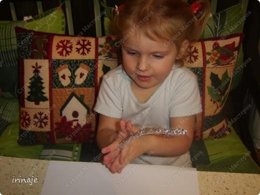 Увидела в магазине большие и красивые колокольчики, ну так захотелось себе таких, но дороговато. Решила сделать сама из стаканчиков. Как раз у нас скопилось много стаканчиков из-под пудингов, йогуртов. И решили мы с младшей дочкой из них попробовать сделать колокольчики. Сначала делали колокольчики, а потом возникла еще идейка сделать ангелочков, когда увидела, что дочка накрутила жгутиков и больших шариков из фольги. И вот что у нас получилось.  фото 18