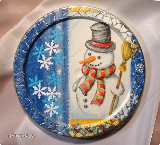 Ну этот снеговик совсем простенький..... На левую часть панно наклеила снежинки их бумаги, сделанные фигурным дыроколом.... фото 1