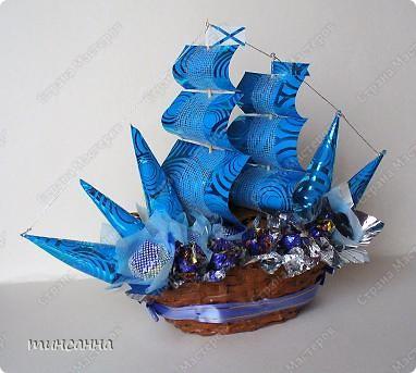 Такой конфетный кораблик- двухмачтовый бриг в  сине-голубых тонах сделала ко дню рождения племянника. фото 2