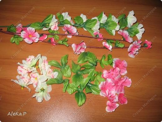 Я живу в маленьком городе, поэтому у нас напряженка с исходными материалами для скрапбукинга, если бумагу можно скачать и распечатать, то с украшениями сложнее, конечно можно заказать через инет, но это дорого, примерно пакетик подобных цветочков стоит рублей 200, плюс доставка. На балконе у меня завалялись искусственные веточки цветов с 1 мая, я их разобрала и получились очень миленькие цветочки и листочки, одна веточка стоит примерно 15 руб. Дешево и сердито, а самое главное это выход. Может кому и пригодится, для тех кто сталкивается с подобными проблемами, нехваткой материала для любимого занятия! Всем приятного творчества!!!!!!!!!