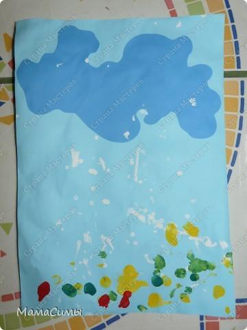 Лист бумаги (голубого цвета) с заранее приклеенной тучкой, ватные палочки, гуашь.