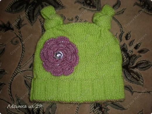 Сама шапочка связана спицами, а цветок - крючком фото 1