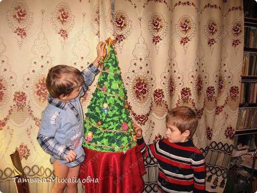 До Нового года остается не так уж много времени. Хочется сделать всем оригинальные подарки, и детям в предпраздничные дни уделяется меньше времени. А ведь и они хотят почувствовать себя участниками подготовки. Ошибка многих родителей – попытка опередить время. Но если вы заставляете 4-х летнего делать поделки не соответствующею его возрасту – это ничего кроме вреда не принесет. Попытка сделать часть работы за малыша рождает у него чувство неудовлетворенности: я не умею, это мама все сделала. Давайте посмотрим, что могут наши малыши! На сегодня займемся коллекцией елочек.  У вас разновозрастные дети? Всем найдется работа!  фото 10