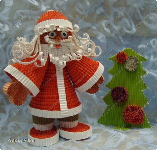В преддверии Нового года всегда хочется сделать что то приятное для себя и своих домочадцев. Вот и мы с ребятами, на прошлом занятии сделали Деда Мороза под ёлочку. Поделка сделана из гофрированного картона.  фото 1