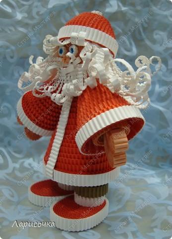 В преддверии Нового года всегда хочется сделать что то приятное для себя и своих домочадцев. Вот и мы с ребятами, на прошлом занятии сделали Деда Мороза под ёлочку. Поделка сделана из гофрированного картона.  фото 2