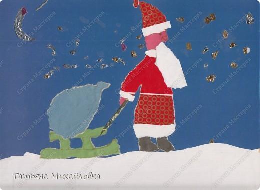 """Даже самые маленькие хотят делать подарки близким. Можно попробовать сделать большую открытку. Техника очень простая: малыш рвет кусочки. Для ангела выберете подходящие, а  снег, елочку и следы Деда Мороза малыш нарвер и наклеит сам. """"Снег"""" получается у всех! фото 9"""