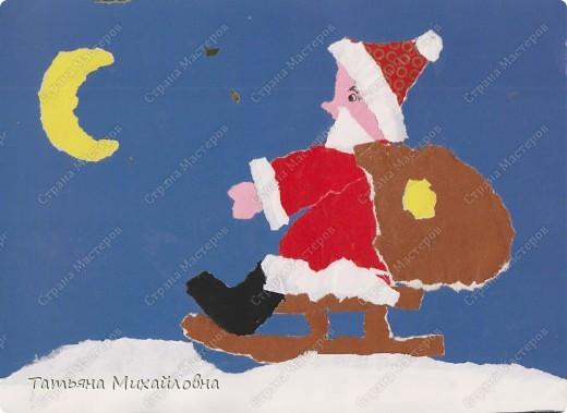 """Даже самые маленькие хотят делать подарки близким. Можно попробовать сделать большую открытку. Техника очень простая: малыш рвет кусочки. Для ангела выберете подходящие, а  снег, елочку и следы Деда Мороза малыш нарвер и наклеит сам. """"Снег"""" получается у всех! фото 12"""