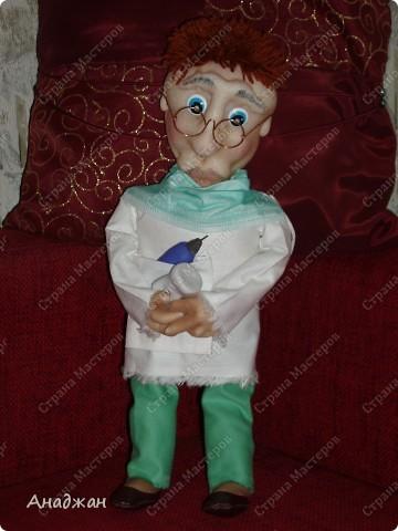 Стоматолог.  Я не знаю, может кто и любит этих врачей, но мы с мужем испытваем тихий ужас только при упоминании этого слова))) Поэтому решили сотворить ему и дрель в руки, бор машинку как-то тяжеловато, да в и в руки ему не даш. Заказали мне куклу так, мне нужен стоматолог. Я говорю, без проблем, у меня есть хороший врач))). Но похоже мои слова не так поняли. Далее следует текст, рыжий, голубоглазый и прочее. Конечно у каждого свои любимые типажи, но по мне хоть Ричард Гир будет стоматологом, меня к нему только на аркане можно затащить))). Когда выяснилось, что нужно сделать куклу, все дружно посмеялись. Попросили, дать ему зуб в руки. Опять пришлось работать без фото, боюсь что он не похож на даруемого. Но я думаю типаж подойдет и он понравится. Ростиком он вышел 42 см. фото 1