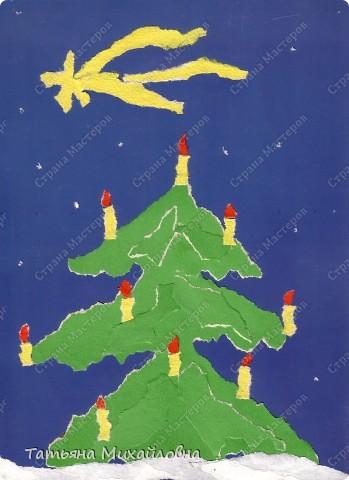 """Даже самые маленькие хотят делать подарки близким. Можно попробовать сделать большую открытку. Техника очень простая: малыш рвет кусочки. Для ангела выберете подходящие, а  снег, елочку и следы Деда Мороза малыш нарвер и наклеит сам. """"Снег"""" получается у всех! фото 8"""