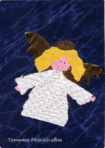"""Даже самые маленькие хотят делать подарки близким. Можно попробовать сделать большую открытку. Техника очень простая: малыш рвет кусочки. Для ангела выберете подходящие, а  снег, елочку и следы Деда Мороза малыш нарвер и наклеит сам. """"Снег"""" получается у всех! фото 2"""