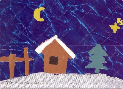 """Даже самые маленькие хотят делать подарки близким. Можно попробовать сделать большую открытку. Техника очень простая: малыш рвет кусочки. Для ангела выберете подходящие, а  снег, елочку и следы Деда Мороза малыш нарвер и наклеит сам. """"Снег"""" получается у всех! фото 5"""
