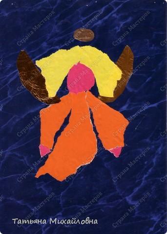 """Даже самые маленькие хотят делать подарки близким. Можно попробовать сделать большую открытку. Техника очень простая: малыш рвет кусочки. Для ангела выберете подходящие, а  снег, елочку и следы Деда Мороза малыш нарвер и наклеит сам. """"Снег"""" получается у всех! фото 3"""