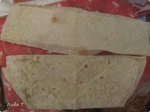 Сегодня я к Вам с очень простым блюдом, которое готовится за 10-15 минут (при условии, что есть все продукты в наличии). Очень удобно, когда очень хочется есть. Немного истории, как всегда. Шаурма - раньше так называлось туркменское блюдо, изобретённое степными чабанами. Рецепт такой: варёное мясо джейрана или сайгака мелко рубится и помещается в промытый желудок того же джейрана или сайгака, туда же сливается его жир. Потом желудок зашивается. Храниться может до нескольких месяцев, не портясь.  Со временем, это блюдо трансформировалось и сейчас шаурма - то же, что и дёнер-кеба́б- готовится из питы или лаваша, начинённого рубленым жареным мясом (баранина, курятина, свинина, реже телятина, индюшатина) с добавлением специй, соусов и салата из свежих овощей.   фото 2