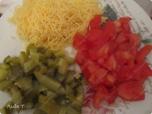 Сегодня я к Вам с очень простым блюдом, которое готовится за 10-15 минут (при условии, что есть все продукты в наличии). Очень удобно, когда очень хочется есть. Немного истории, как всегда. Шаурма - раньше так называлось туркменское блюдо, изобретённое степными чабанами. Рецепт такой: варёное мясо джейрана или сайгака мелко рубится и помещается в промытый желудок того же джейрана или сайгака, туда же сливается его жир. Потом желудок зашивается. Храниться может до нескольких месяцев, не портясь.  Со временем, это блюдо трансформировалось и сейчас шаурма - то же, что и дёнер-кеба́б- готовится из питы или лаваша, начинённого рубленым жареным мясом (баранина, курятина, свинина, реже телятина, индюшатина) с добавлением специй, соусов и салата из свежих овощей.   фото 5